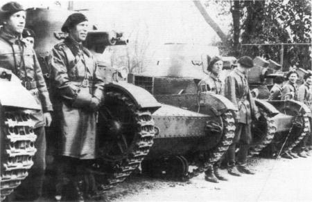 A row of Polish Vickers Mark E tanks. The last vehicle seems to have an antenna and might be one of the radio equipped vehicles - Source: derela.republika.pl