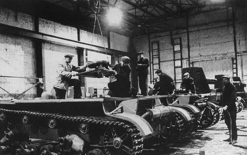 A propaganda photograph of Plant 174 with SU-26s being manufactured. Notice that the axis point for the gun shield is being lifted onto the hull of the foremost vehicle.